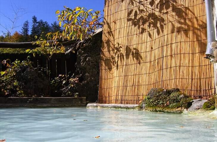 白濁した温泉の露天風呂