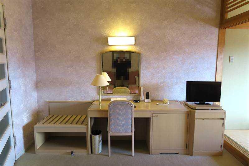 あずまや高原ホテルの客室の机とテレビ