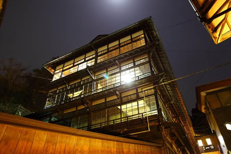 鎌先温泉 時音の宿 湯主 一條の木像建物の夜景