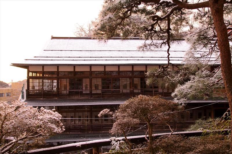 鎌先温泉 時音の宿 湯主 一條の木像建物を客室から見たところ
