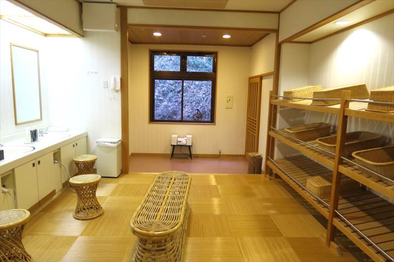 鎌先温泉 時音の宿 湯主 一條 露天風呂付き大浴場(洞窟の湯)の脱衣所