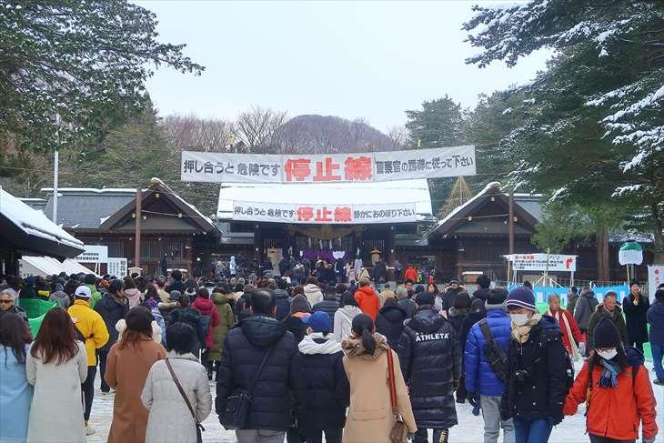 北海道神宮 初詣の様子 神門前