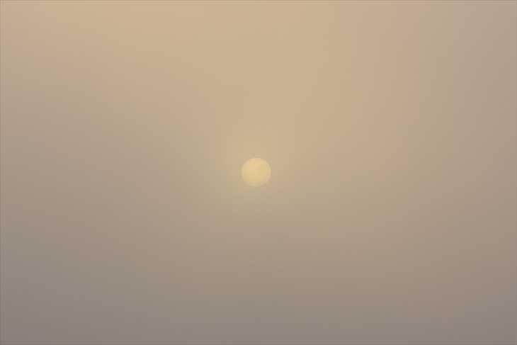 霧に隠れた太陽