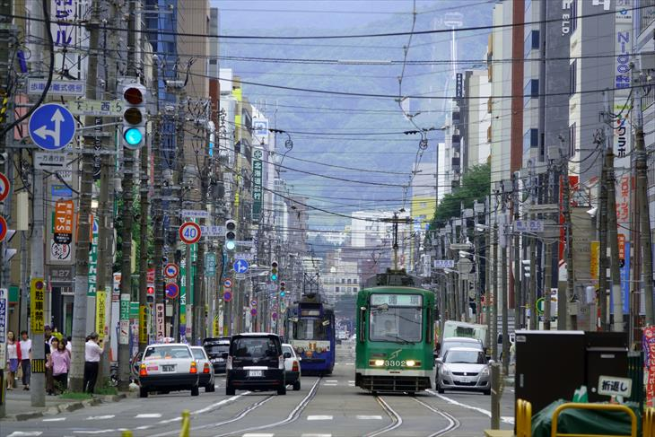 南1条通から見る路面電車と大倉山