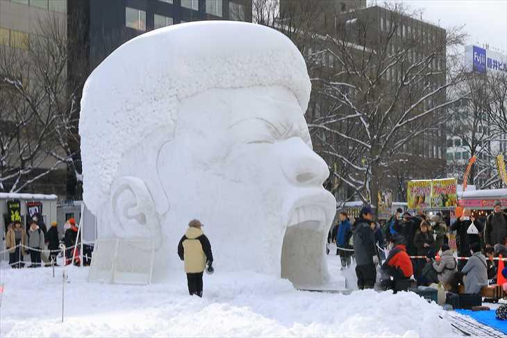 大通公園10丁目中雪像「カップヌードルと八村塁」