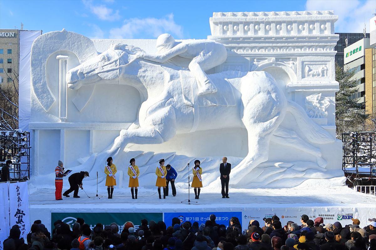 大通公園5丁目大雪像「世界を目指して駆けるサラブレッド」